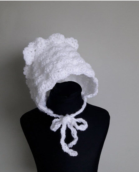 Tamborēta kristību cepure.