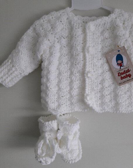 Balta kristību jaka ,tamborēti zābaciņi.