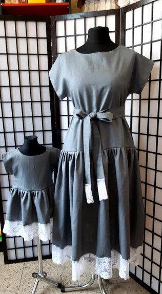 Pelēka lina kleita ar baltu mežģīni.Pasūtījums.