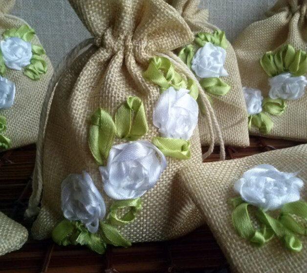 Lina maisiņi ar izšūtiem ,baltiem ziediem. Handmade.