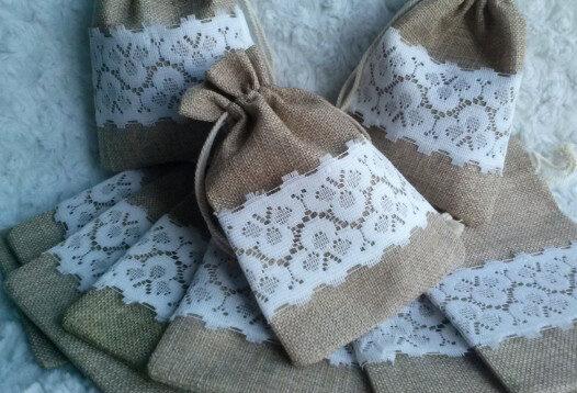 Lina dāvanu maisiņi ar mežģīni.