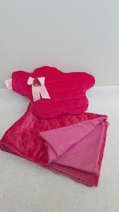 Tumši rozā bērnu sedziņa ar miega spilvenu.