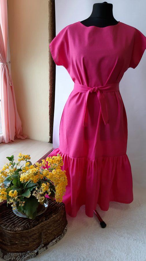 Fuksija krāsā lina kleita ar volānu.