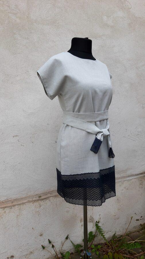 Pelēka lina kleita ar melnu mežģīni.