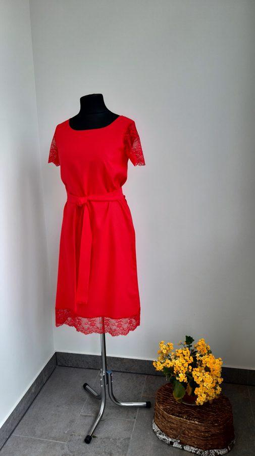 Sarkana lina kleita ar mežgīni.