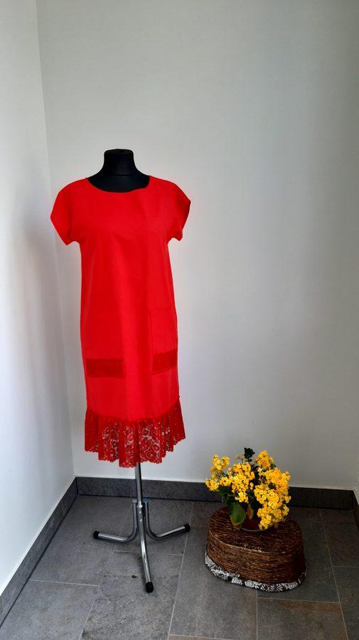 Sieviešu lina kleita ar mežģīni.