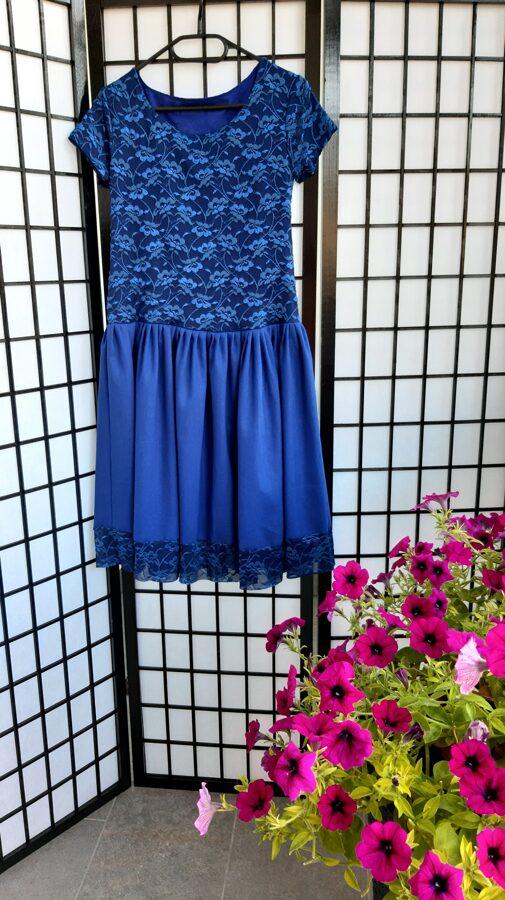PĀRDOTA.Zila mežģīnu kleita ar lina audumu. 34/36 izm.