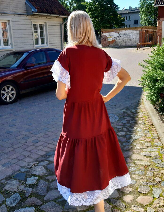Bordo lina kleita ar baltu mežģīni.