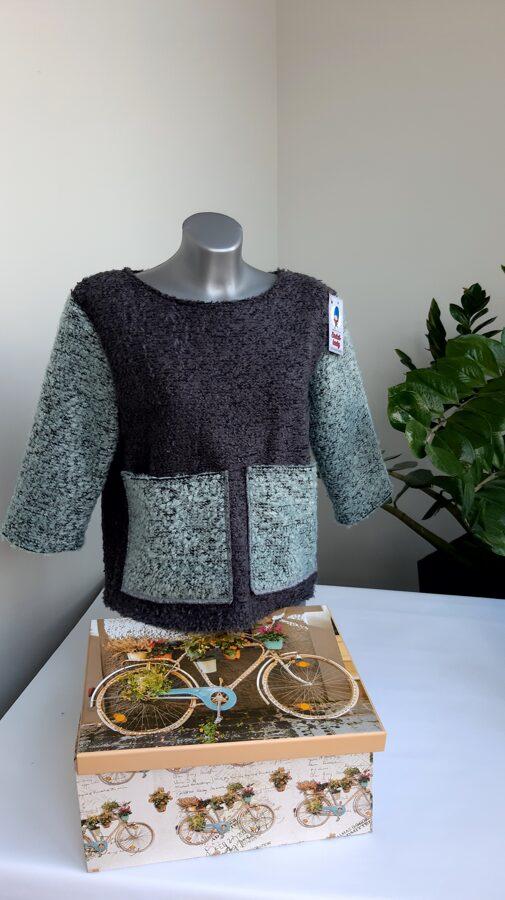 Pelēks džemperis ar kabatām.38/40 izm.