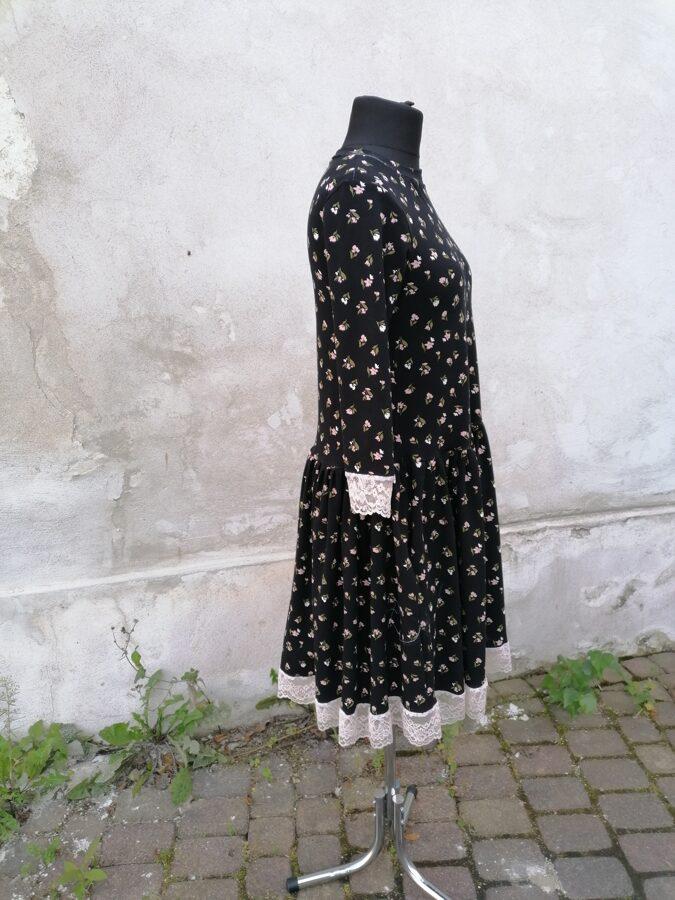 PĀRDOTA.Melna kleita ar mežģīni. 36/38 izm.