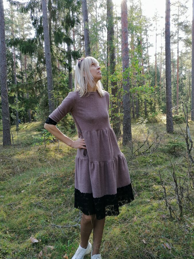 Bēšīgā krāsā kleita ar volāniem, melna mežģīne.
