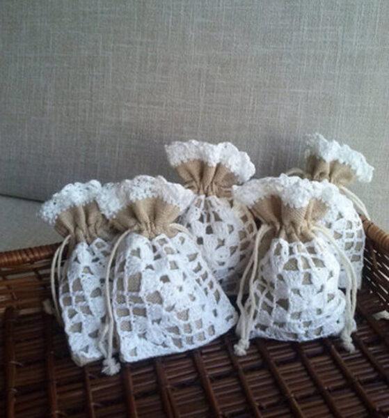 Pelēki lina maisiņi ar baltu, tamborētu apdari.