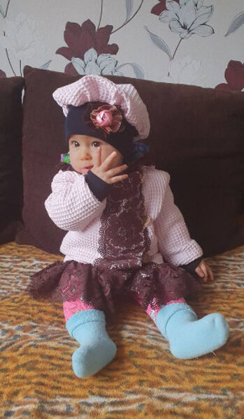 Rozā mētelis ar cepuri.