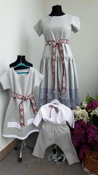 Balts lina krekls un pelēkas lina bikses.