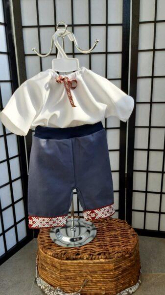 Balts lina krekls un lina pusgarie šorti.
