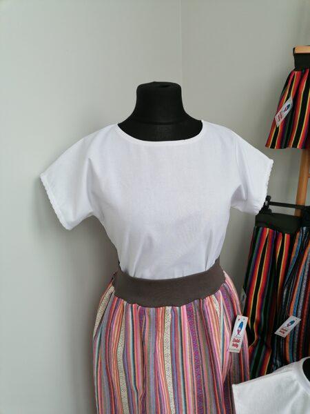 Sieviešu lina krekls ar kokvilnas mežģīni ap rokām.